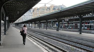femme sur le quai d'une gare