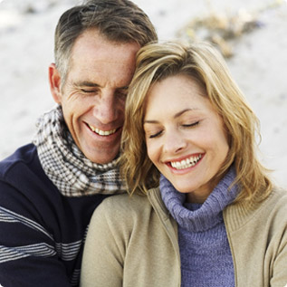 Un couple souriant