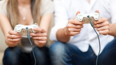 Couple jouant aux jeux video
